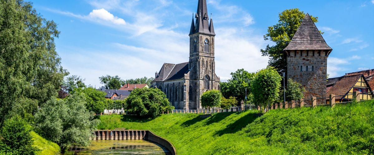 hotel-waldkater-rinteln-landschaft-und-kirche